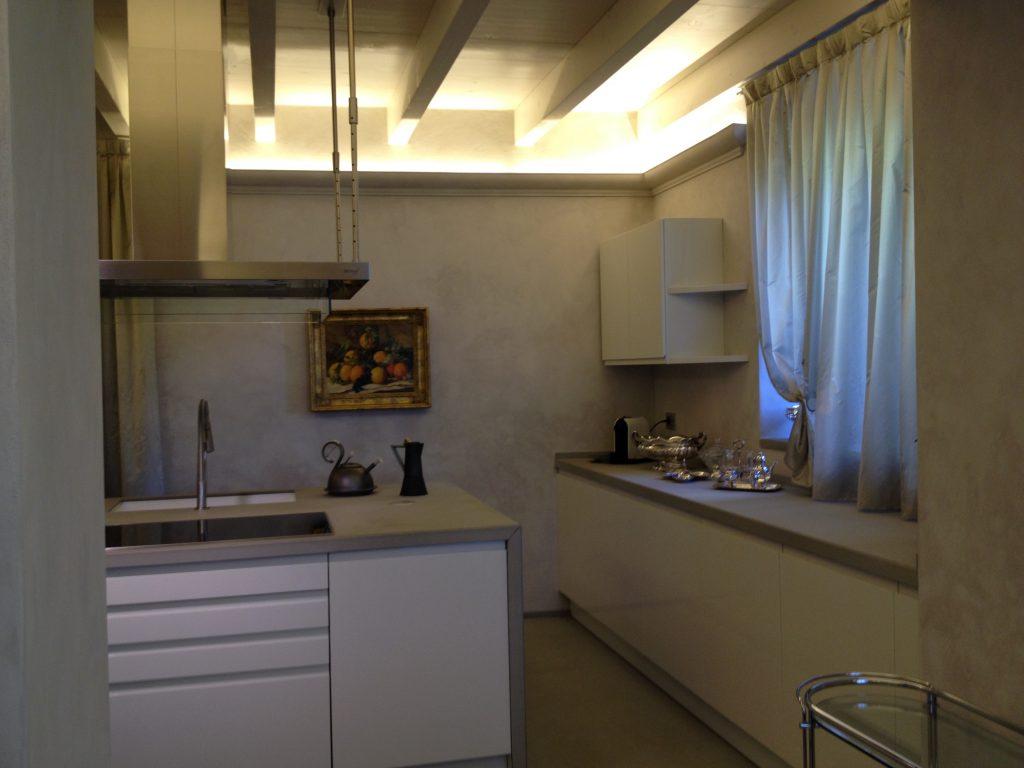 illuminazione cucina moderna con isola centrale