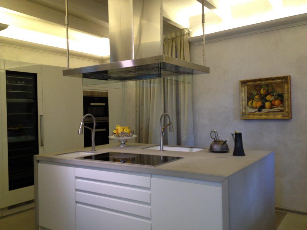 cucina moderna con isola e cappa centrale