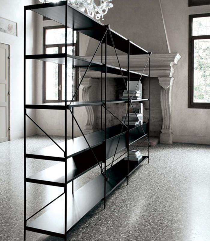 dividere-gli-ambienti-con-una-libreria-freestanding-con-struttura-incrociata