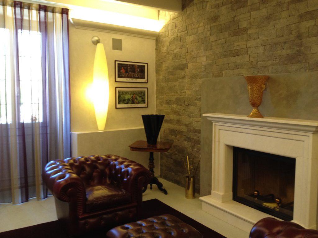 Arredamento salotto stile inglese con camino e poltrone Chester